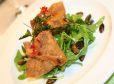 Kitajski zavitki na zeliščni solati z vinskim prelivom