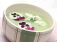 Špargljeva kremna juha s pomladnimi cvetovi