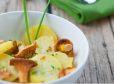 Krompirjeva solata z lisičkami in belim fižolom