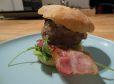 Hamburger s sirom in majonezo
