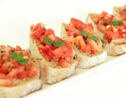 Crostini mit Minze-Chili-Tomaten