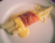 Spargel in Rohschinken mit Sauce Hollandaise