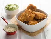 Chicken Nuggets in Sesam-Kokos-Panier mit Avocado-Dip