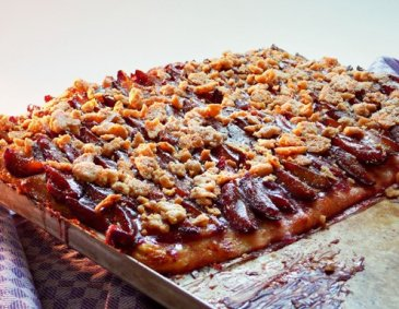 Plum cake with hazelnut crumble