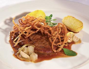 Sirloin with onions, fried potatoes and gherkin mustard