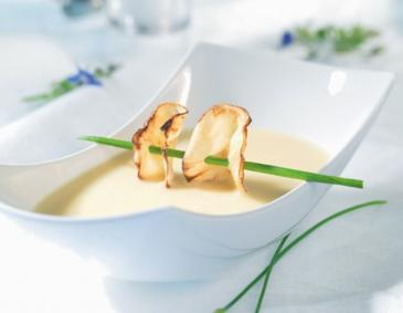 Apfel-Sellerie-Suppe mit Selleriechip