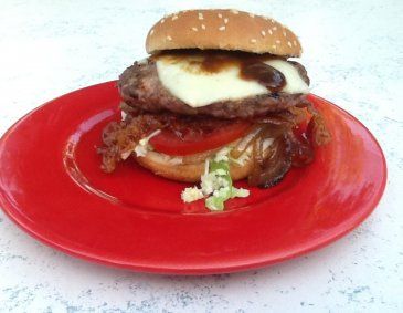 Baconburger auf Coleslaw