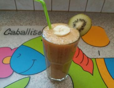 Zuckermelone-Kiwi-Banane Smoothie
