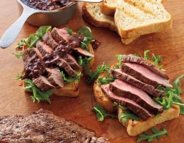 Steak auf Texas-Toast mit Espresso-Barbecue-Sauce
