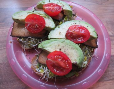 Avocado-Tofu Brote mit Sprossen