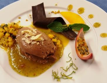 Toblerone-Mousse mit Mango-Passionsfrucht-Chili