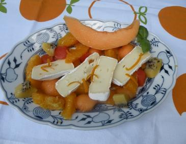 Obstsalat mit Camembert