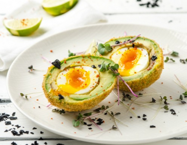 Knusprige Scotch-Eggs mit Avocado