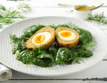 Scotch-Egg in Räucherlachs mit Babyspinat