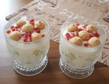 Fruchtiges Pudding-Obst-Amarettini-Dessert