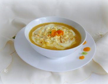 Karottencremesuppe mit Curry-Obers-Haube