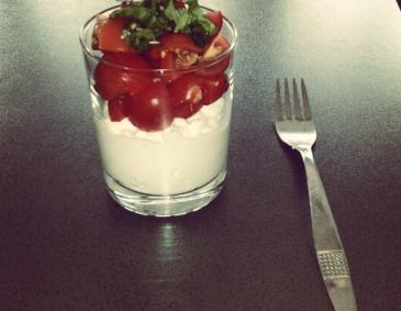 Cocktailtomaten-Salat auf Cottage Cheese im Glas