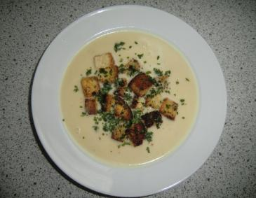 Knoblauchcremesuppe mit Knoblauch-Croutons