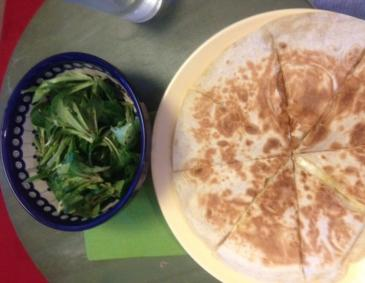 Easy Cheesy Quesadillas mit Salat
