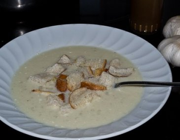 Knoblauchcremesuppe mit Croutons