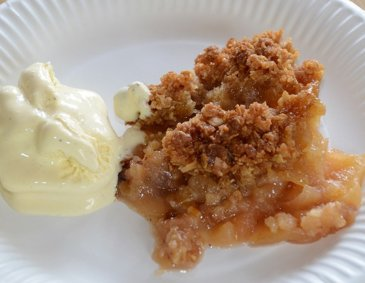 Apple Crumble mit Vanille-Eis