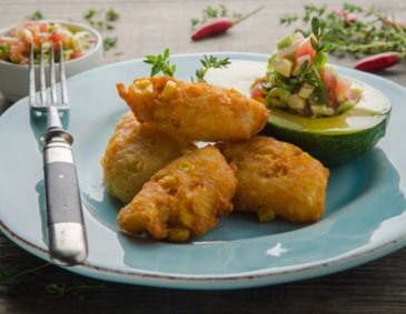 Maisfritters mit Avocado-Relish
