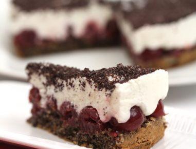 Skutina torta z makom in češnjami