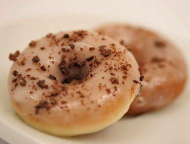 Krofi s sladkorno glazuro in čokoladnimi mrvicami