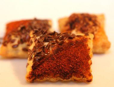Prigrizki iz listnatega testa s papriko in lanenimi semeni