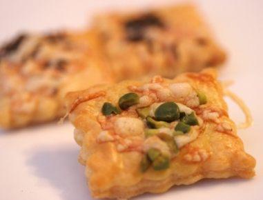 Prigrizki iz listnatega testa s sirom in pistacijami
