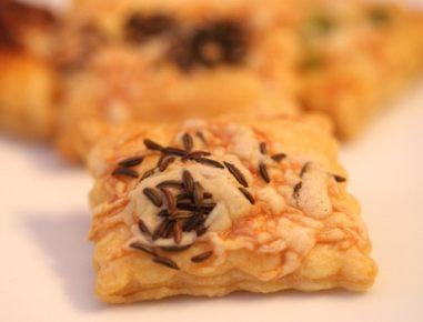 Prigrizki iz listnatega testa s sirom in kumino