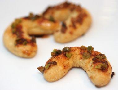 Sirovi rogljički s pistacijami in papriko