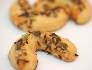 Sirovi rogljički z bučnimi semeni