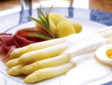 Šparglji z omako iz majoneze, krompirja in vina