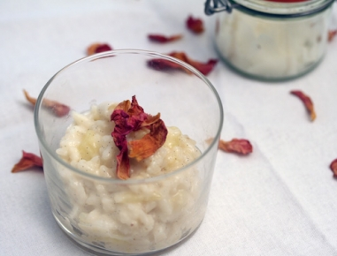 Sladki riž s kokosom, jabolkom in rozinami