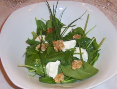 Špinača z ovčjim sirom in orehi