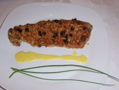 Postrv s skorjico iz mandljev in rozin