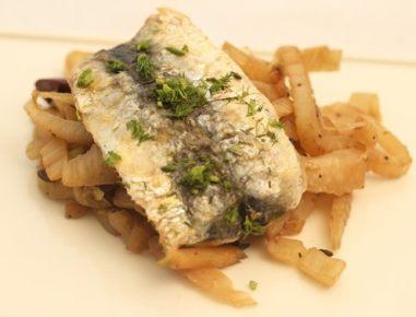Janež s svežimi sardinami in olivami