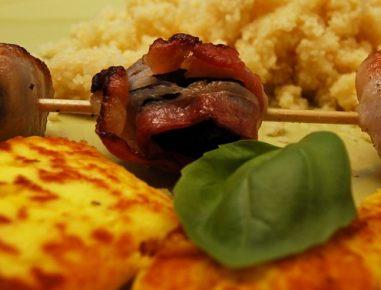 Sir na žaru s slivami in slanino