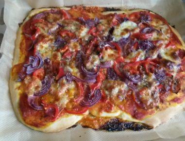 pizza mit schinken speck und paprika rezept. Black Bedroom Furniture Sets. Home Design Ideas