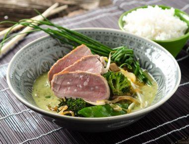 gr nes thai curry mit ger uchertem schweinefilet rezept. Black Bedroom Furniture Sets. Home Design Ideas