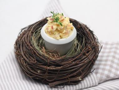 Jajčni namaz s hrenom, slanino in kumino