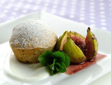 Orehov kolač z dušenimi figami in jogurtom