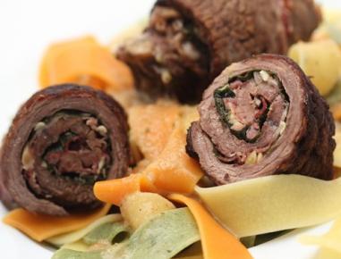 Goveje rolade s čemažem, pinijinimi semeni in slanino