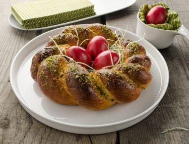 Velikonočni venček s pistacijevim nadevom