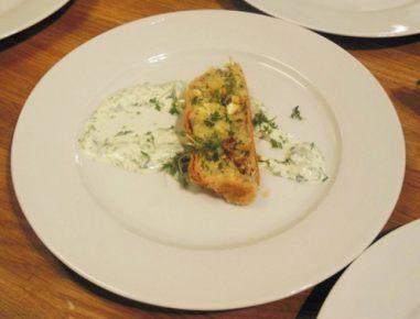Krompirjev zavitek z jogurtovo omako in zelišči