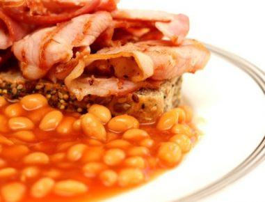 Hiter recept za pečen fižol s hrustljavo slanino