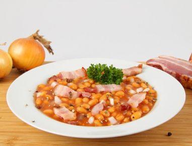 Pečen fižol s svinjskim mesom