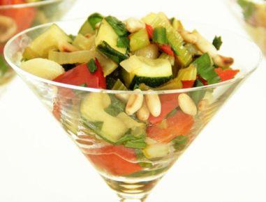 Pečena spomladanska zelenjava s praženimi pinjolami