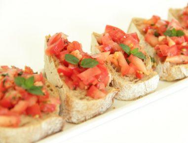 Kruhki z meto, čilijem in paradižnikom